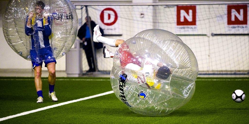 fodbold i plastik bobbel